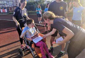 TRENUCI KOJI SU IZMAMILI SUZE Djevojčica ustala iz invalidskih kolica i potrčala stazom (FOTO, VIDEO)