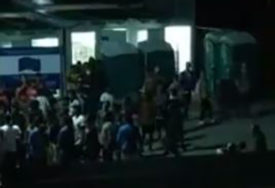 SIJEVALE PESNICE U VELIKOJ KLADUŠI U prihvatnom kampu izbila masovna tuča migranata (VIDEO)