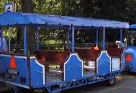 NEOBIČNA NEZGODA  Djevojka u Bijeljini ispala iz turističkog vozića