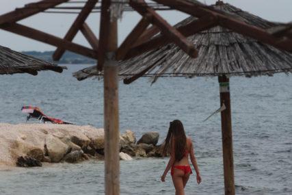 """""""Nikog nema da vam skače po glavi"""" Ležaljku na plaži u Hercem Novom naplaćuju 10 evra, a njihov odgovor će NALJUTITI MNOGE"""