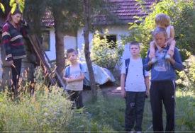 MAJKA BOLESNA, OTAC RADI ZA NADNICU Marići sa četvoro mališana žive u TROŠNOJ KUĆI, potrebna im pomoć (VIDEO)