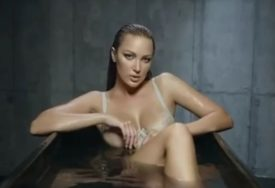 ZBOG NJE GORE DRUŠTVENE MREŽE Aleksandra Prijović u kadi, preplanula i nikad ljepša (VIDEO)