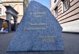 ALIJINE RIJEČI UKLESANE U KAMEN Citati osnivača SDA postavljeni u centru Sarajeva (FOTO)