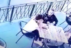 DRAMA USRED BIJELA DANA Muškarac pokušao da otme dijete iz restorana (VIDEO)