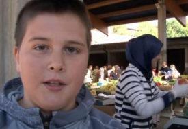 DOK NJEGOVI VRŠNJACI SPAVAJU, ON RADI Dječak pomaže roditeljima i prodaje povrće na pijaci (VIDEO)