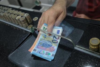 Novac čuvaju za CRNE DANE: Četiri od deset stanovnika OVE ZEMLJE osjeća koronu i finansijski