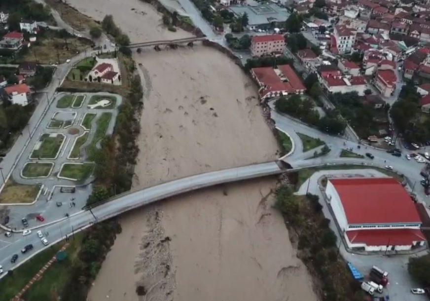 NAJMANJE DVOJE POGINULIH Biblijski prizori poplava u Grčkoj, ljudi se krste, voda nosi sve pred sobom
