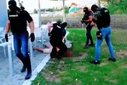 HAPŠENJE EGZEKUTORA Policija privela ubicu i saučesnika, jedan od njih sjedio za stolom (VIDEO)