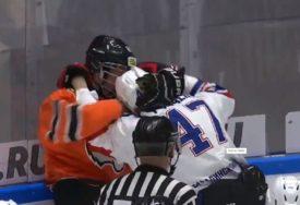 MALO IGRE, MNOGO NERVOZE Mladi hokejaši se potukli čak 29 PUTA na jednom meču (VIDEO)