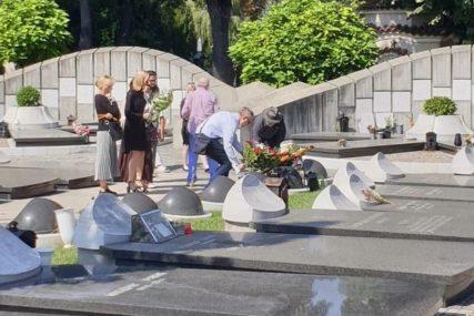 PRIZOR KOJI PARA DUŠU Kćerka i sin Isidore Bjelice na groblju, 40 dana od smrti spisateljice