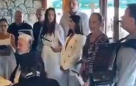 """PJEVALO SE I """"TAMO DALEKO"""" Krivokapić na proslavi u Budvi (VIDEO)"""