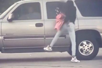 ŠOKANTAN PRIZOR Majka sa djetetom u naručju VISI s automobila u pokretu (VIDEO)