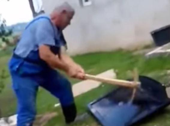 """""""SLUĐUJU NAPAĆENI NAROD"""" Mirsad krampom RAZBIO TELEVIZOR, nije više mogao slušati VIJESTI O KORONI (VIDEO)"""