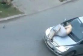ŠOKANTAN SNIMAK Pijani mladić skakao na automobil, urinirao na ulici, pa ubrzo UHAPŠEN (VIDEO)