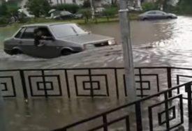 U MOSKVI BJESNI URAGAN Ulice kao rijeke, automobili pod vodom (VIDEO)