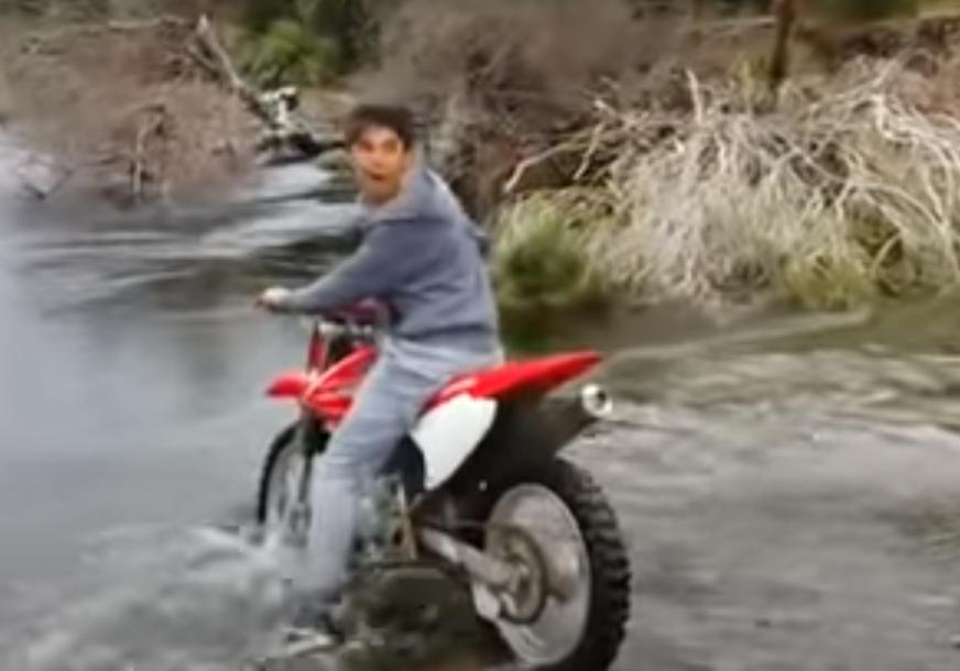 NIJE IŠLO ONAKO KAKO JE PLANIRAO Motorom pokušao da pređe rijeku pa ga prijatelji morali izvlačiti (VIDEO)