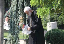 SCENA KOJA TJERA SUZE NA OČI Otac Nebojše Glogovca donio cvijeće na grob svog sina (FOTO)
