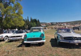 OLDTAJMERI STIGLI IZ TRI DRŽAVE Zaljubljenici u stare automobile prodefilovali Bilećom