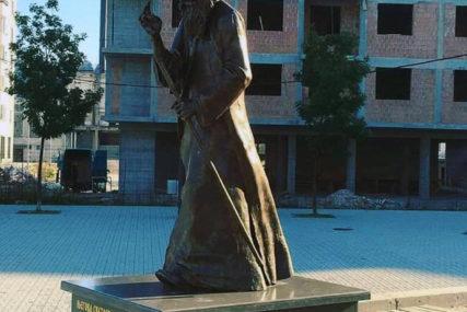 DJELO VAJARA IZ BANJALUKE Postavljen spomenik patrijarhu Pavlu u Palama
