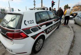 Saobraćajna nesreća na regionalnom putu Gračanica-Srnice: Povrijeđena žena, iz vozila je IZLAČILI VATROGASCI