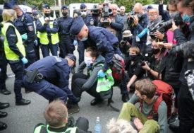 """""""POBUNA PROTIV ISTREBLJENJA"""" Aktivisti za klimatske promjene blokirali saobraćaj, reagovala policija"""