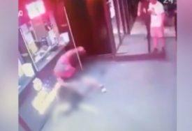 NESREĆNOM MOMKU POLOMIO OBJE RUKE Nakon jezivog snimka iživljavanja policija traga za muškarcem (30)