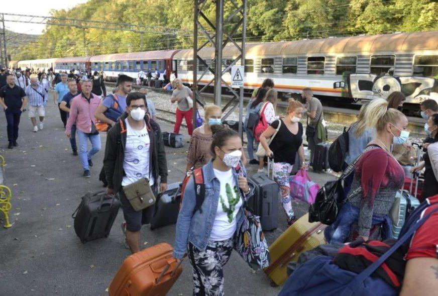 DOČEKAO IH PAPIR ZA NADZOR Pohrlili kući nakon apela Kriznog štaba Srbije, mnogi razočarani zbog novih mjera
