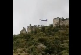 RUSKA ZASTAVA SE VIJORI NA KOSOVU Trobojka osvanula iznad Zvečana (VIDEO)
