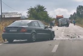 TEŠKA SAOBRAĆAJNA NESREĆA Sudar dva automobila i kombija na putu Doboj-Modriča (FOTO)