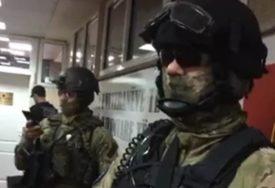 NOSILI MASKE I AUTOMATSKE PUŠKE Specijalci Euleksa UPALI u kancelarije veterana OVK (VIDEO)