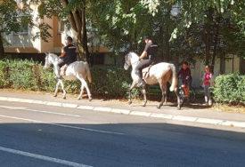 PRIVLAČE PAŽNJU Konjička patrola obradovala mališane (FOTO)