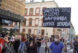 """""""MI SMO SAMO BROJ INDEKSA, NEĆEMO PREKO"""" Protest nezadovoljnih studenata, krenuli ka zgradi Vlade"""