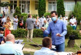 MUZIKOM ISKAZALI ZAHVALNOST HEROJIMA Subotičani organizovali koncert u dvorištu bolnice
