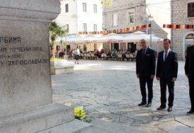 """""""SAMO ZAJEDNO MOŽEMO URADITI VIŠE"""" Polaganjem cvijeća i intoniranjem himni obilježen Dan srpskog jedinstva"""