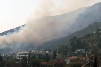 Gašenje otežava vjetar: Vatrogasci se bore sa požarom u Trebinju