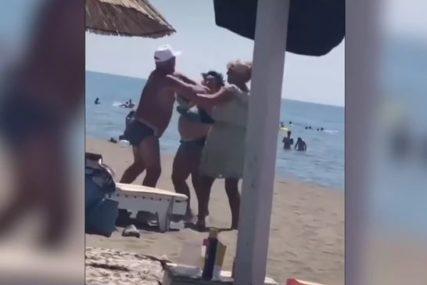 OČEVICI SE SMIJALI I  SNIMALI Šokantna tuča  žene i muškarca na plaži u Crnoj Gori (VIDEO)