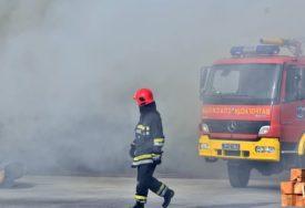 VATRU ZAPALILI MIGRANTI Požar u blizini bivšeg Doma penzionera u Sarajevu (VIDEO)