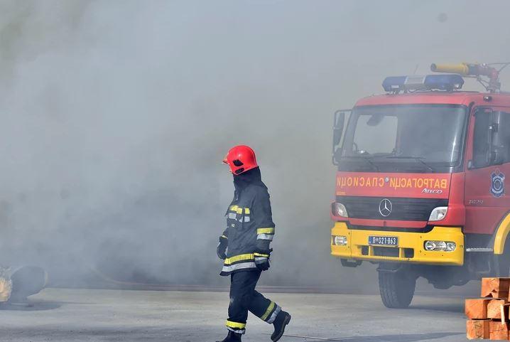 TEŽAK SUDAR ČETIRI VOZILA Vatrogasci iz smrskanog kombija izvukli povrijeđenog vozača