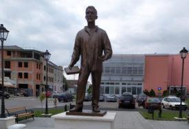 """POČAST ČLANU """"MLADE BOSNE"""" U Gradišci postavljena bronzana statua Veljka Čubrilovića"""