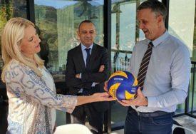 Predsjednici Srpske uručena lopta s potpisima ZLATNIH ODBOJKAŠA (FOTO)