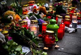KOMEMORACIJA ZA PETORO UBIJENE DJECE Više od 800 ljudi odaje počast mališanima koje je ubila majka