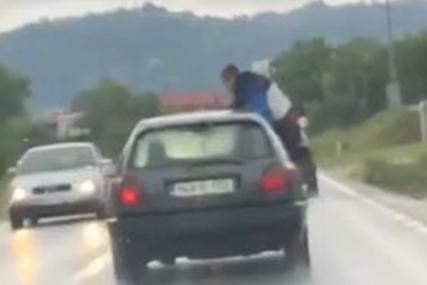 """OVO SE VIĐA SAMO JEDNOM Mladić izašao kroz prozor """"golfa"""" u pokretu da OBRIŠE ŠAJBU (VIDEO)"""
