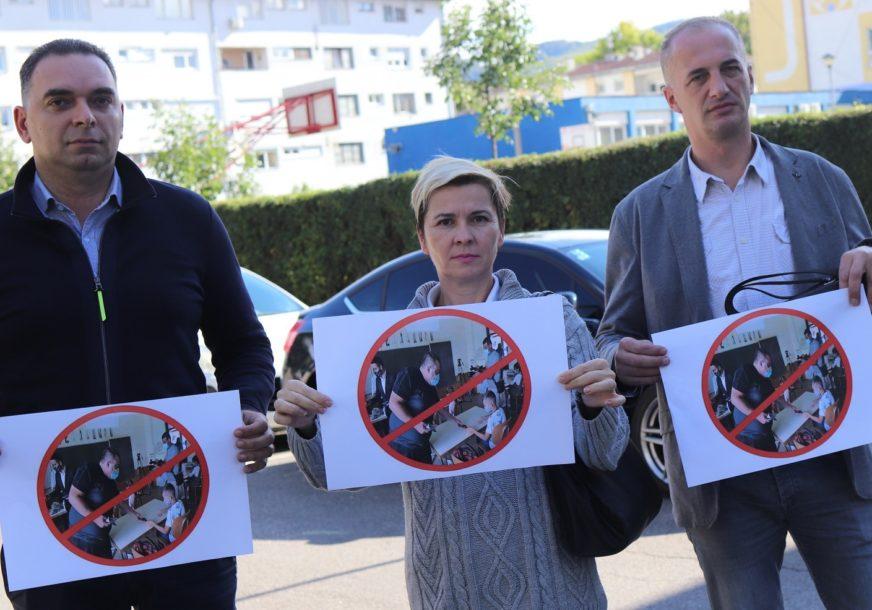 SDS PRIPREMIO NOVI SAOBRAĆAJNI ZNAK Zabrana političarima da ulaze u škole