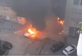 GASILI SAT VREMENA POŽAR Tri automobila izgorjela na parkingu u Mostaru