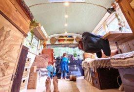 IMAJU PLAN DA OBIĐU SVIJET Bračni par i njihova beba žive u školskom autobusu već dvije godine