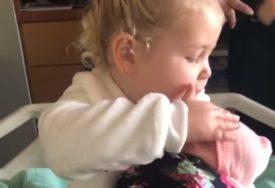 Raznježila cijeli svijet: Djevojčica (3) je ovako reagovala kada je vidjela tek rođenu sestru (VIDEO)