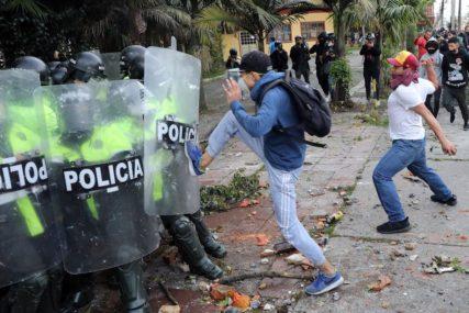 NEREDI TOKOM DEMONSTRACIJA Sedmoro poginulih na protestima zbog BRUTALNOSTI POLICIJE