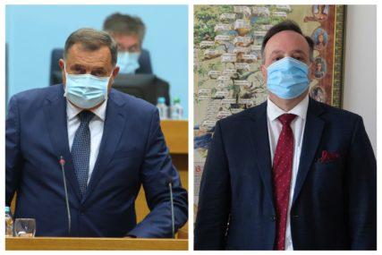 SUDIJA SE IGRA POLITIČARA, A POLITIČAR SUDIJE Šta stoji iza javnih prozivki Dodika i Debeveca