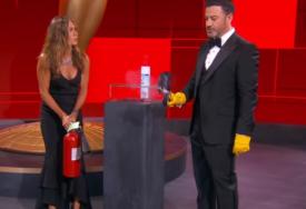 ČUVENI TRENUTAK SA DODJELE EMIJA Pogledajte kako Dženifer Aniston gasi vatru (VIDEO)