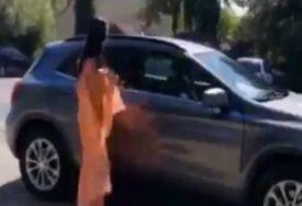 SVI U ŠOKU Potpuno gola devojka izašla je iz automobila i uradila OVO (VIDEO)